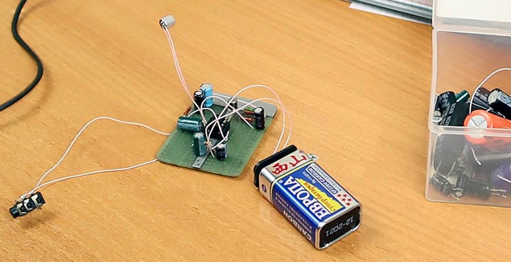 усилитель для микрофона на макетной плате